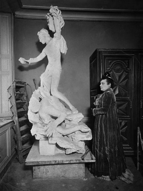 Camille Claudel (1864-1943) devant sa statue de Persée, vers 1898. Paris, Bibliothèque Marguerite Durand.