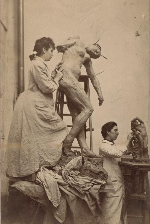 Camille Claudel travaille à Sakountala dans l'atelier 177, rue des Petits-Champs. Au second plan, Jessie Lipscomb.